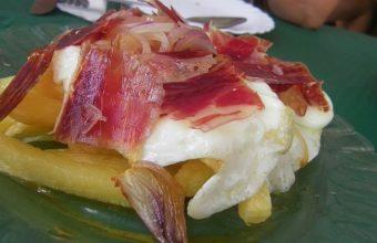 """Los huevos fritos con papas """"tapaos"""" con jamón de la Venta El Toro"""