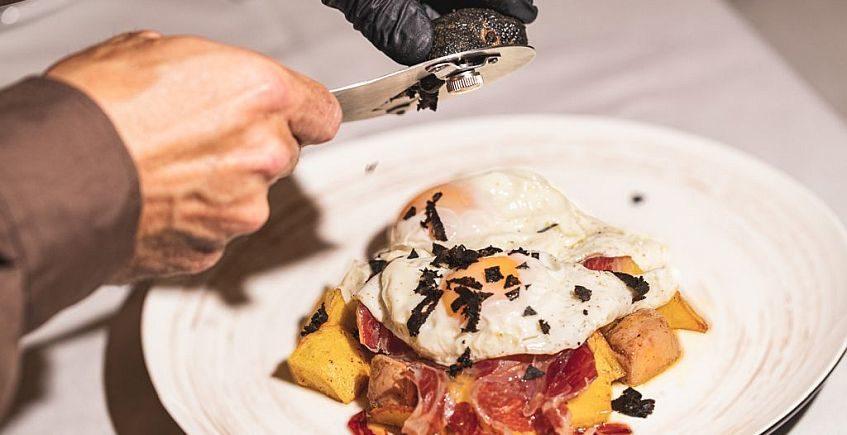 Huevos rotos de foie con trufa negra, jamón ibérico de jabugo, patatas y aceite de trufa 847