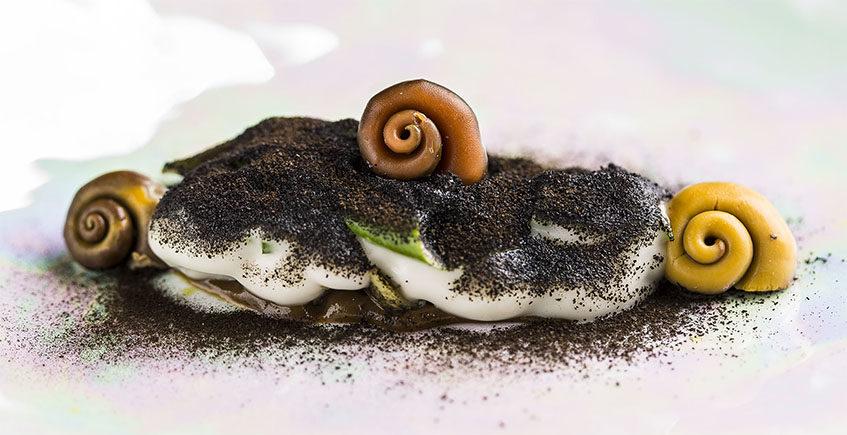 Cabezas de caballa, atunes que se disfrazán de jamón y calamares de postre: Así es el menú de Aponiente de 2021