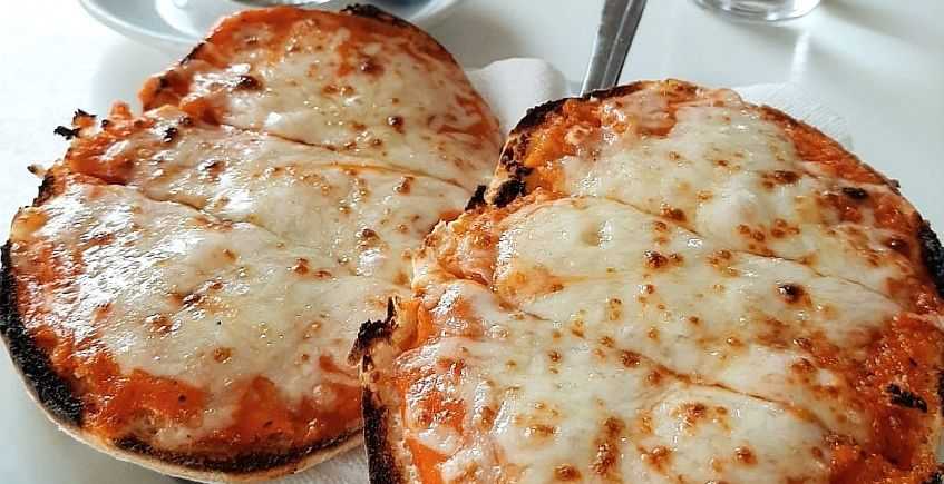 """Los """"desayunitos locos"""" que convierten los molletes en una especie de pizza"""