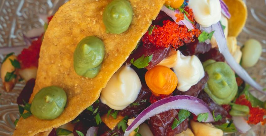 Ceviche de atún sobre una regañá tortilla de maíz, maíz cancha, maíz cocido, crema de aguacate, crema 1