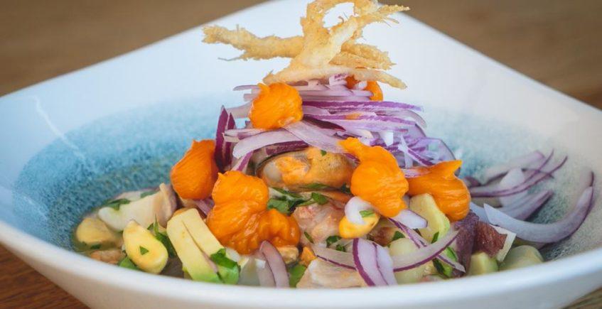 Ceviche mixto con crustáceo frito, corvina salvaje, carne de mejillón, pulpo y leche de tigre 4