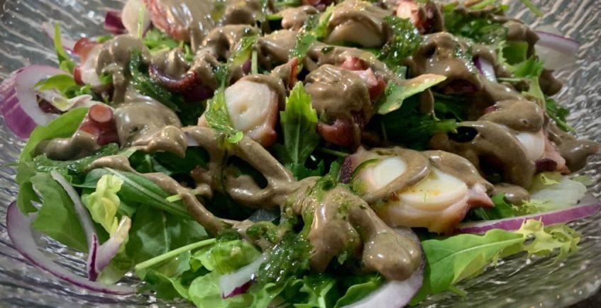 Ensalada templada de pulpo con alioli de ajo negro y aovej periajo de wakame
