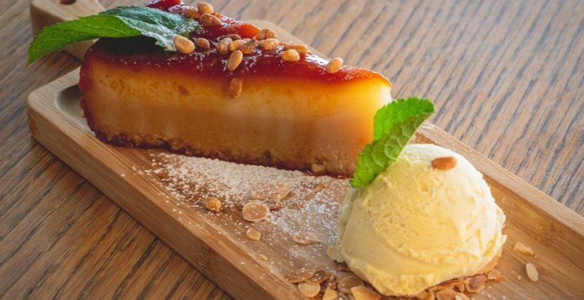 Tarta de tocino de cielo con piñones, almendras tostadas y helado de vainilla