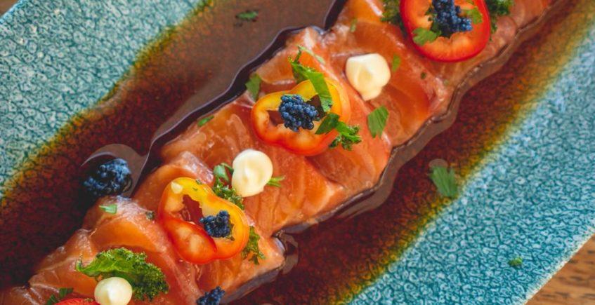 Tiradito de salmón con leche de tigre de tamarindo, jalapeño, crema de aguacate e hinojo frito 1