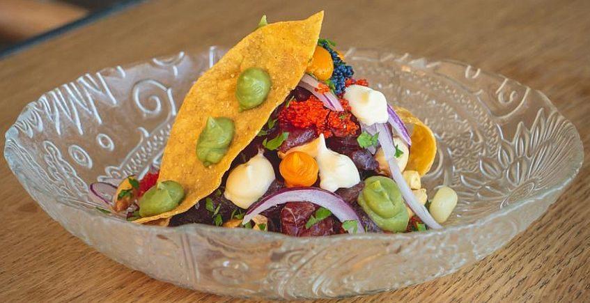 portada Ceviche de atún sobre una regañá tortilla de maíz, maíz cancha, maíz cocido, crema de aguacate 2