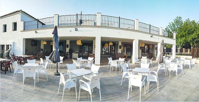 La Piscina de El Gastor reabre con las terrazas renovadas