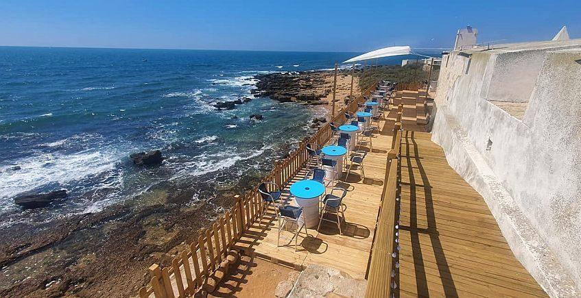 Una terraza rodeada de mar