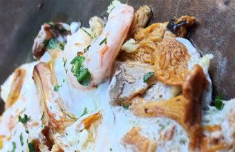 Los huevos rotos con setas y gambas de Avanico